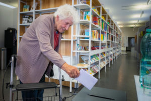 Die hundertste Wählerin in der Stadtteilbibliothek.