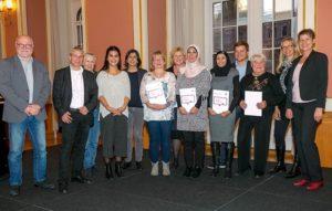 Verleihung der Ehrenamts-Pässe an bürgerschaftlich Aktive aus den Berliner Quartiersmanagementgebieten mit Senatorin Breitenbach (rechts). Bild: Dagmar Buchholz