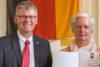 Marlis Steinke mit Bezirksbürgermeister Helmut Kleebank (Foto: Ralf Salecker)