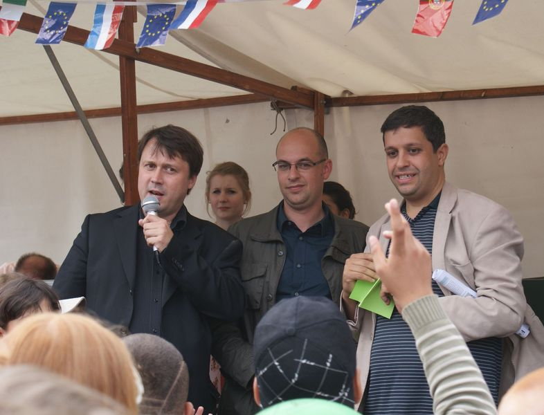 Pfarrer Steffen, Stadtrat Röding und das Mitglied des Abgeordnetenhauses Raed Saleh bei der Eröffnung des Sommerwindfestes.
