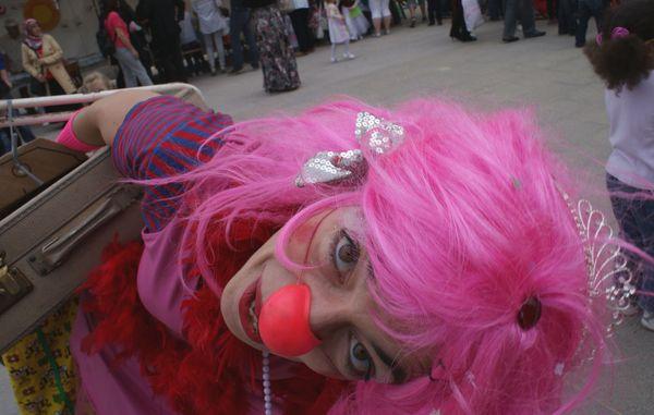 Clown Rosi bot ein fast Clown Rosi bot ein fast e . . .