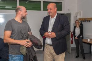 Michael Mähne war einer der ersten Nutzer im neuen Bürgerbüro im PC-Raum des Klubhaus Spandau - hier mit dem Stadtrat Stadtrat für Bürgerdienste, Stephan Machulik. (Foto: Ralf Salecker)